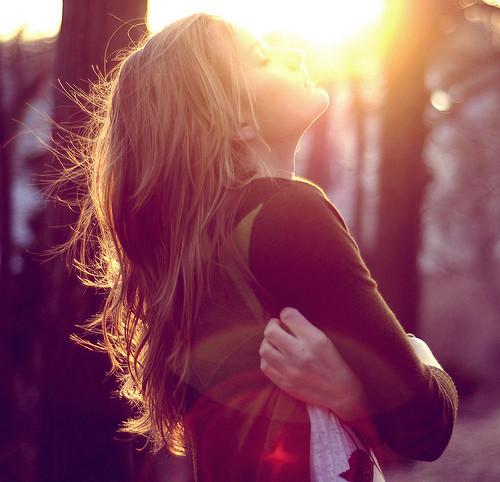 Resultado de imagem para pessoa abraçando a si mesmo